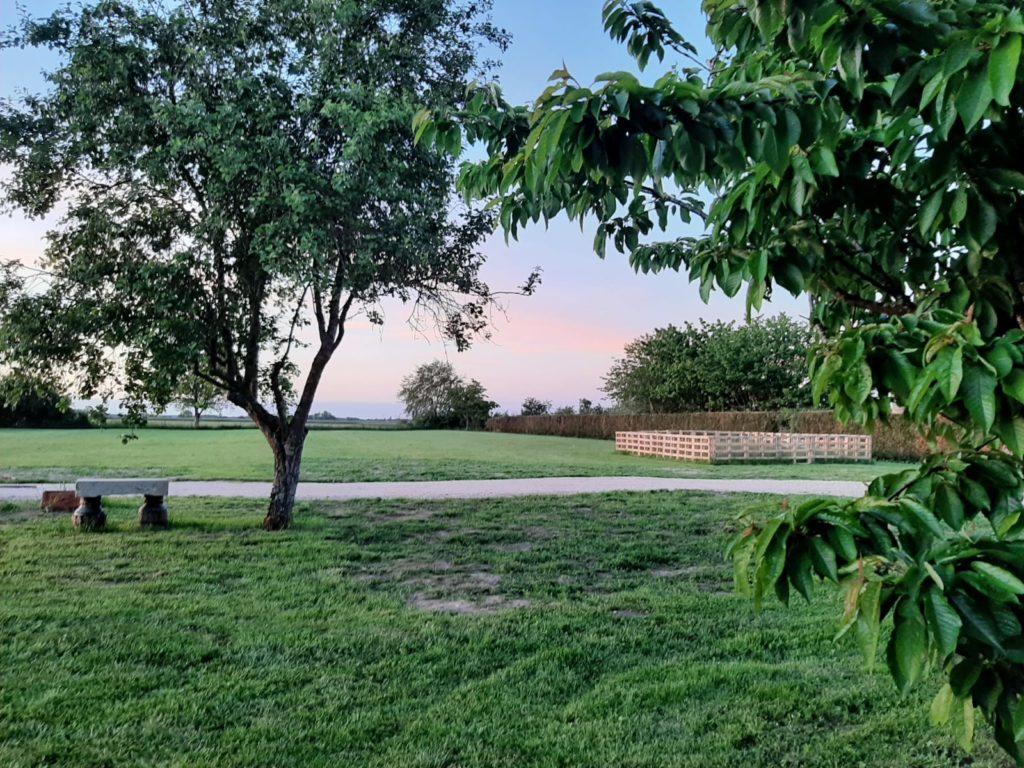Aristophane, Gîtes en Bourgogne, Banc dans le jardin